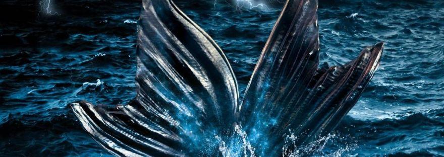 In einem düsteren Meer, umgebe von Blitzen ist die Schwanzflosse einer Sirene erkennbar